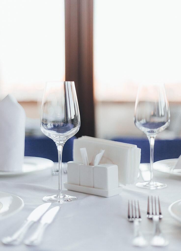 Table et couverts pour repas d'affaire